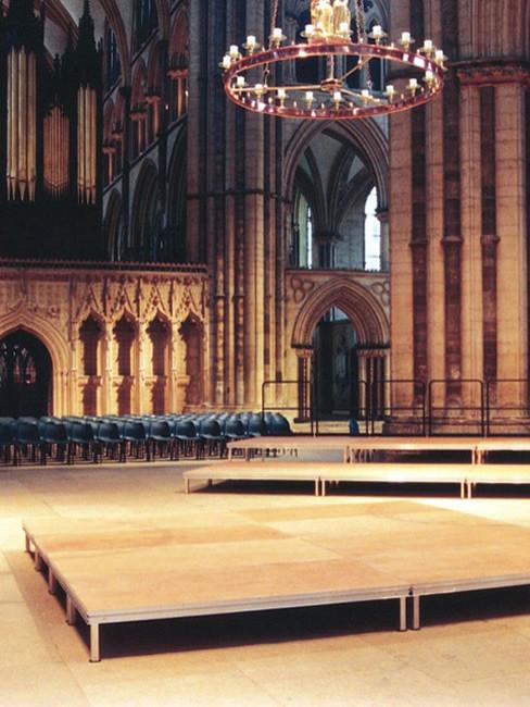 Bühnenpodest mit fixen Steckfüßen für Kirchenmusiker und Chor