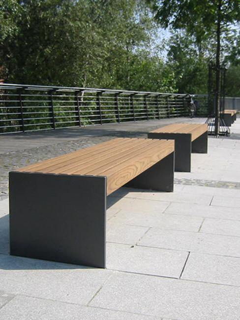 VIGIO Sitzbank mit Stahlwangen und FSC Holzleisten