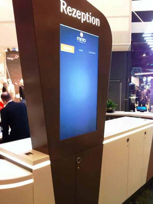 interaktive screen at a reception counter